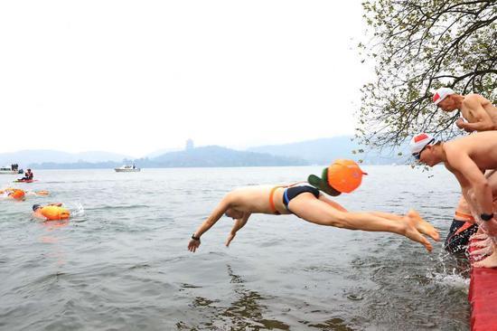 图为:杭州西湖冬泳 闵一心 摄