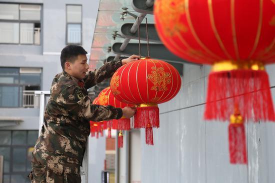 在营区挂上大红灯笼 温州武警供图