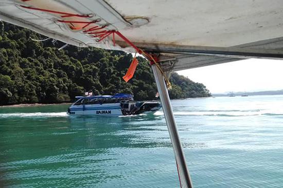2月9日在泰国普吉岛附近海域拍摄的相撞受损的快艇。 新华社 图