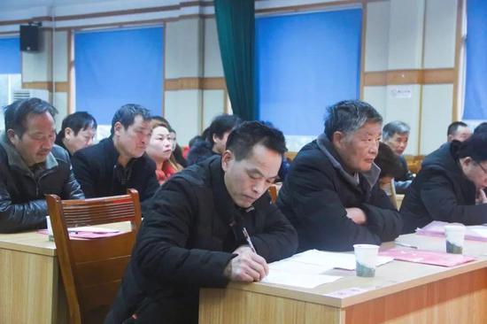 大会邀请县委党校党委书记、常务副校长赵明尧作代表履职培训。