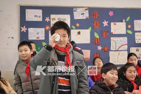 天长小学四年级小朋友测视力 学校供图