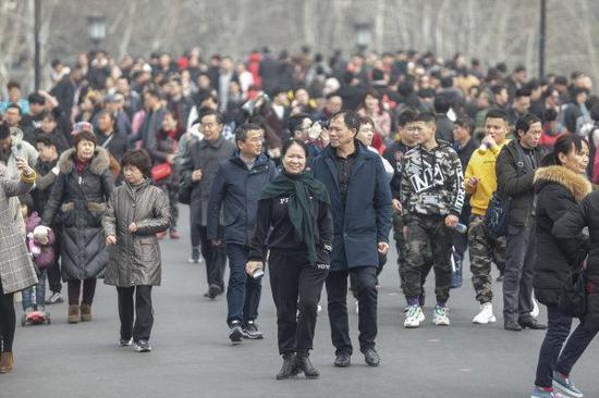 杭州人一半在景区晒太阳,