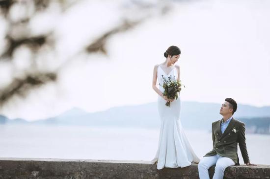 图为:吴欣泽与妻子的婚纱照。玉环公安供图