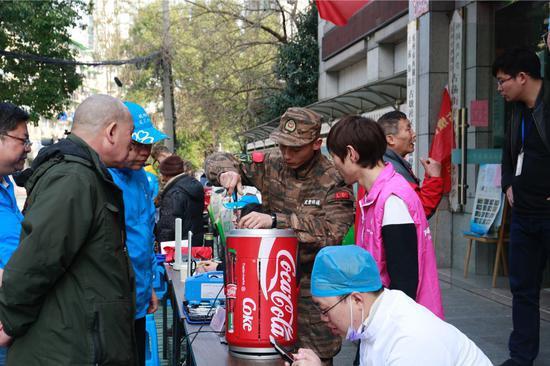 官兵们修理小家电。武警浙江省总队机动支队供图