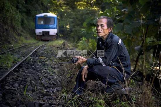 2018年,马来西亚沙巴州,山林间的小火车突遇塌方,火车司机等待救援。