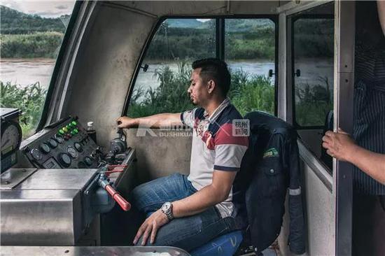 2018年,马来西亚沙巴州铁路,火车沿着热带雨林深处的河岸以10-20km/h的速度颠簸前行。