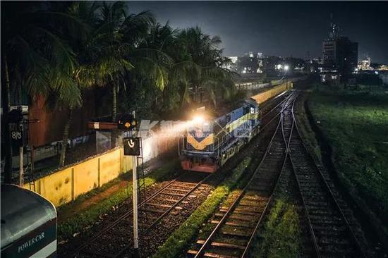 2018年,孟加拉国库尔纳市,机车在雨夜中连接车厢准备出发。