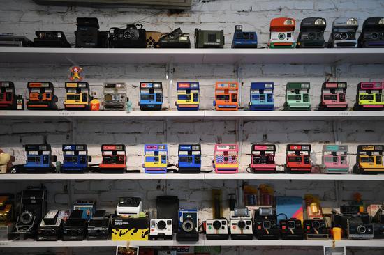 图为:相机店摆满各类宝丽来相机。 王刚 摄