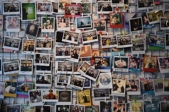 """图为:""""精彩哥""""店里挂起不少顾客的照片。 王刚 摄"""