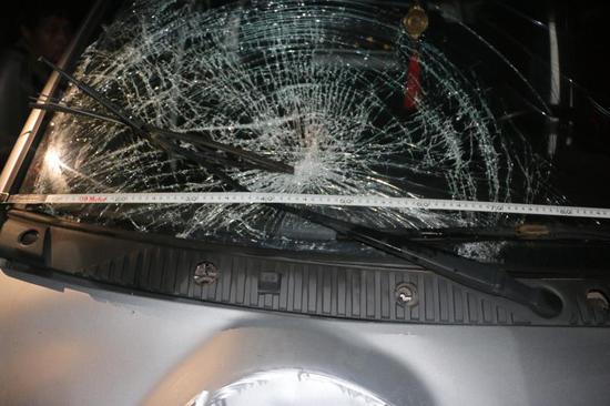 面包车挡风玻璃碎成了蛛网状 金华公安提供