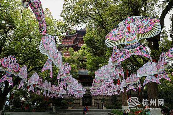 杭州吴山城隍阁前挂满燕子风筝。