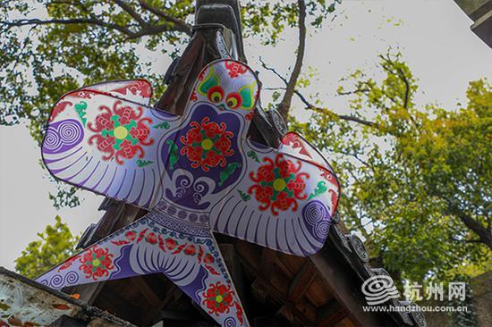 景区的各个角落都挂满了各式各样的风筝。