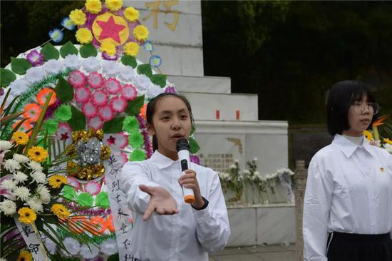 随后,学生代表朗诵《缅怀英烈牢记使命》奠词,共同悼念革命英雄。