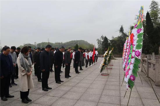 之后,各参加单位依次向烈士敬献花篮,并向英雄默哀1分钟。