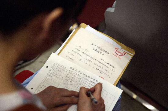 杭州市总工会资助优秀外来务工人员上大学。杭州市总工会提供