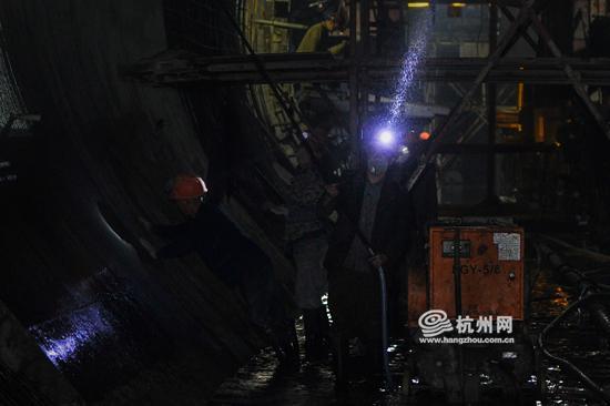"""隧洞内环境相对较差,工人不是身处""""水雾""""中,就是身处""""尘埃""""中。"""
