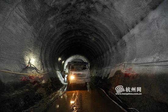 隧洞大小只够一辆工程车进出。