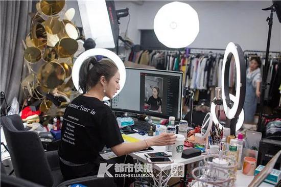 薇娅在直播间里为开播做准备。 首席记者 陈中秋 摄