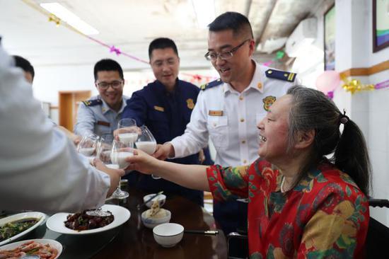 宁波失独老人66岁寿宴 消防大队66块红烧肉为其庆生