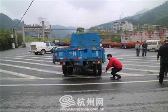 又是打电话惹的祸 杭州货车司机开车接电话撞上行人