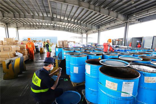 宁波大榭海关查获今年最大一批洋垃圾 共计63.4吨