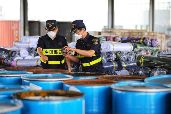 图为宁波海关关员查获禁止进境的固体废物 高雪峰 摄