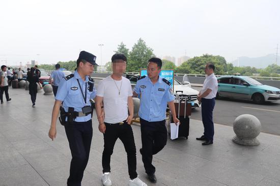 图为:民警抓获卢某建 韩文魁 摄