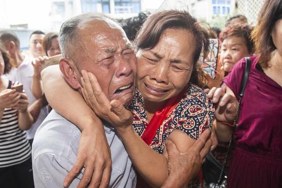 阿彩与老父亲相拥而泣 瑞安宣传部供图