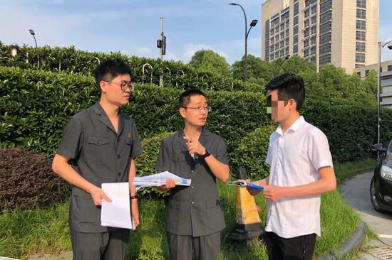 张某到杭州法院交车。 萧山法院 供图