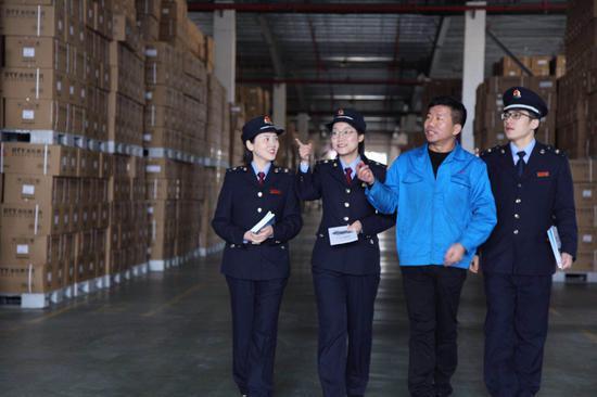 税务局工作人员前往企业宣传减税降费政策。 浙江省税务局供图