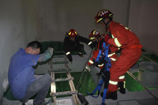 图为:奉化一男子跌落在建污水池,多方合力成功救援。陈唐 摄