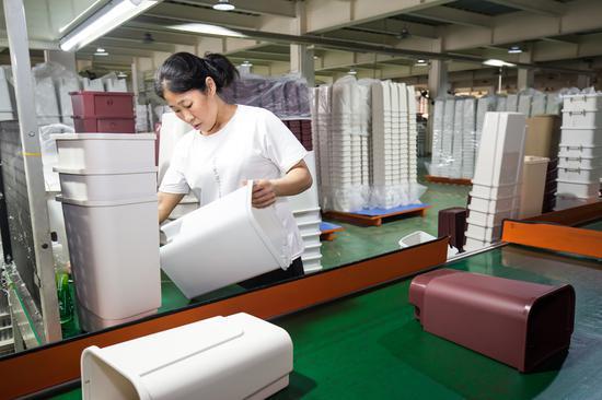 图为:台州黄岩塑料制品企业加班加点赶制分类垃圾桶 王敏智摄