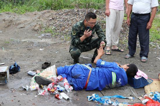 环卫工人被救出后等待医疗救援。温州武警供图