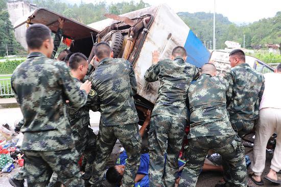 武警官兵救出被压在垃圾车下的环卫工人。温州武警供图