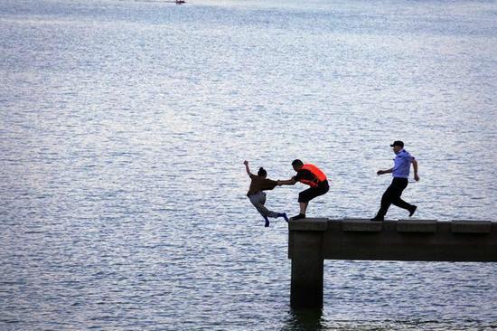 女子情绪低落作出轻生举动 浙江江山两警察跳江救人