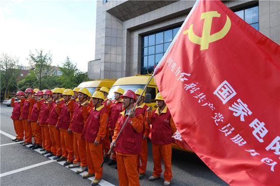 宁波余姚供电红船党员应急抢修队驰援临海 孙玉晶 摄