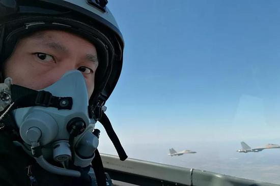 △胡朝军结束飞行任务后向老家发回视频