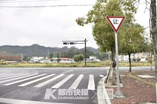 杭州大妈强拆交通指示牌 只因为影响她抄近道