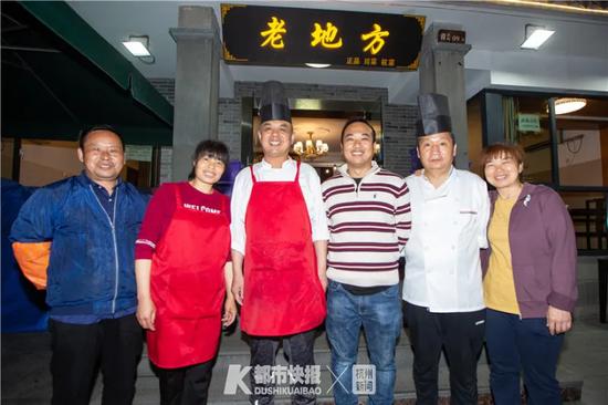 昨晚8点多,给最后一桌顾客上完菜,老板张志光(左四)和店员们合影
