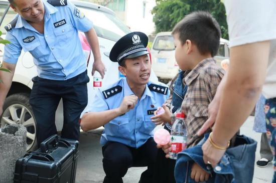 台州民警陈尧祥随身带着一本笔记本记录的为民情怀