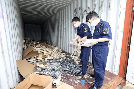 海关关员核对退运固体废物情况。姚峰摄