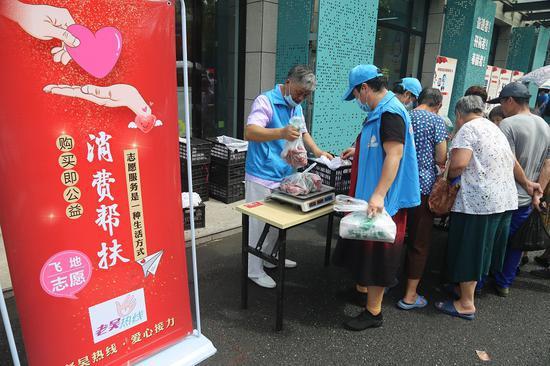 帮扶销售水果 越城宣传部提供