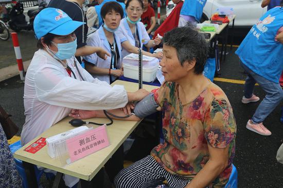 志愿者为老人测血压 越城宣传部提供