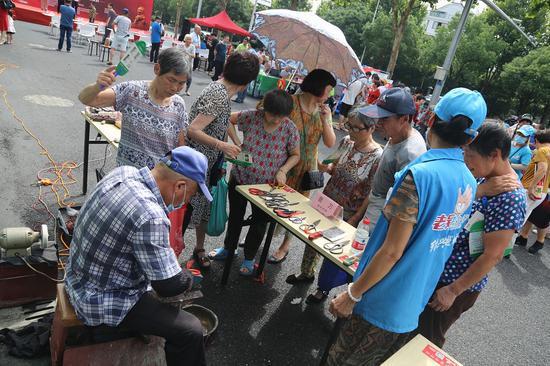 志愿者助销售 越城宣传部提供