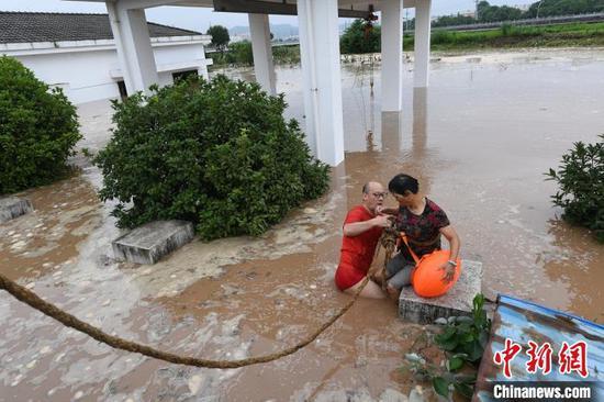 绍兴一绿化养护工人被困水中 50多岁男子跃水紧急救援