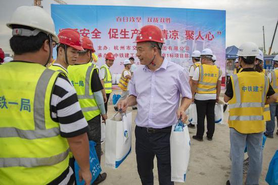 杭州西站枢纽7000施工者高温不离岗 杭交投慰问送清凉