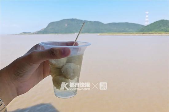 在轮渡上吹着海风吃贡丸 摄影 黄煜轩