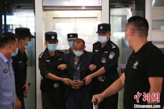 警方押解嫌疑人现场。 富阳警方 供图