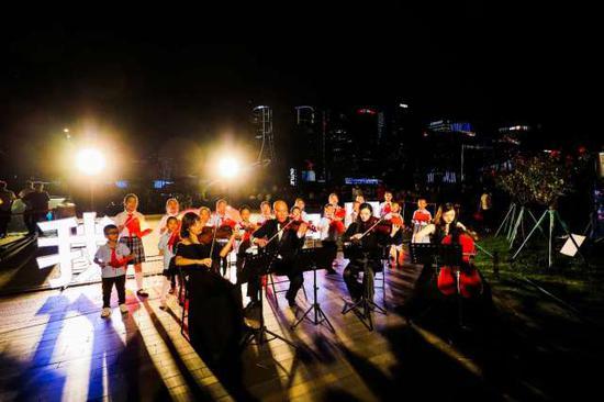 杭州钱江新城灯光秀今年献礼惊喜升级 以歌声献礼祖国