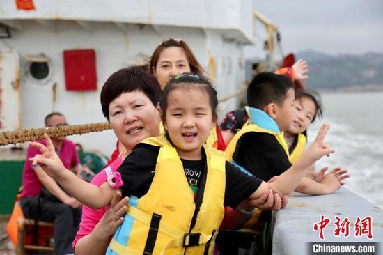 图为游客出海捕鱼 受访者供图